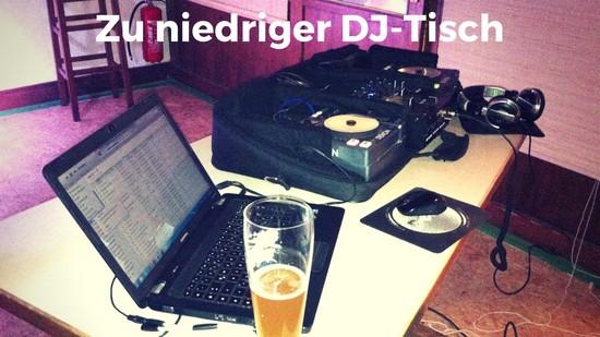 Zu niedriger Tisch als DJ-Arbeitsplatz