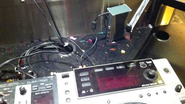 Konfetti-Reste zwischen Mischpult und CD-Player