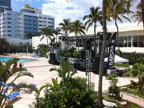 Deauville Beach Resort Bühne neben dem Pool